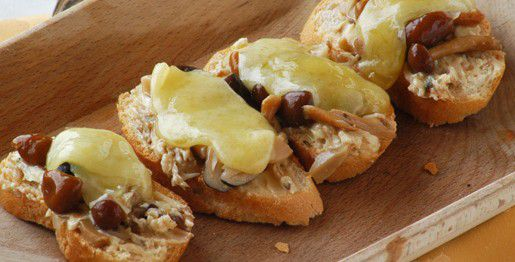 Crostini di formaggio e chiodini