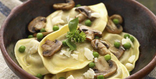 Ravioli al formaggio con funghi e piselli