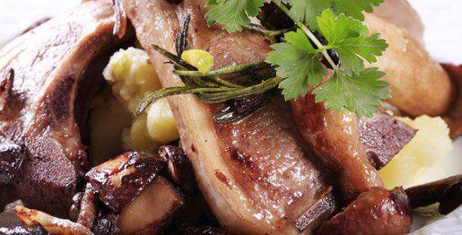 Costolette di agnello arrosto con morchelle e patate schiacciate