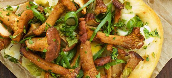 Crostata con uova, finferli e cipolla verde