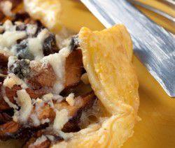 Piccola torta riempito con Cantharellus cibarius funghi e formaggio