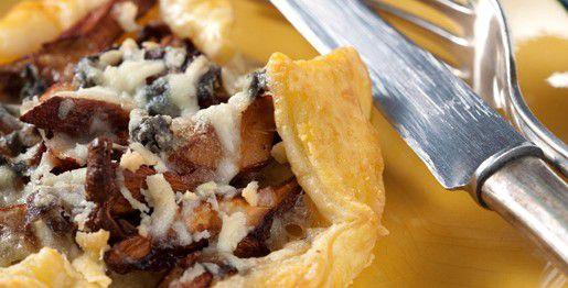 Torta salata con gallinacci e formaggio