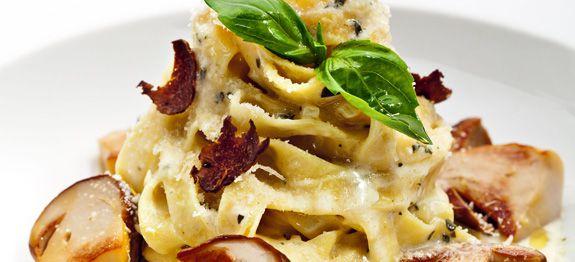 Tagliatelle con funghi, salsa di panna, tartufo e Basil Leaf