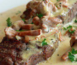 Bistecca con cremosa salsa di funghi gallinacci