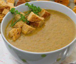 Zuppa di finferli servita con crostini di pane