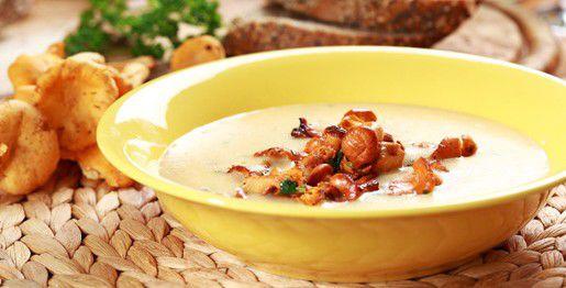 Zuppa di gallinacci ed erbe aromatiche
