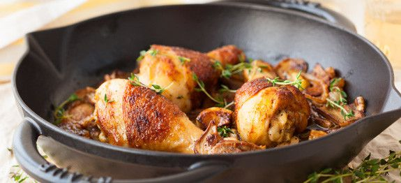Pollo con funghi, cipolle, aglio e timo