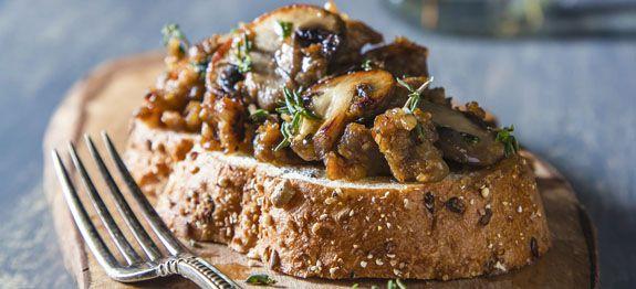 Crostini con porcini, salsiccia e timo
