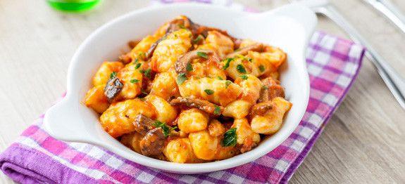 Gnocchi di patate con sugo rosso e funghi porcini
