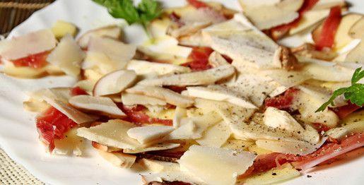 Insalata di funghi porcini freschi con speck e parmigiano a scaglie